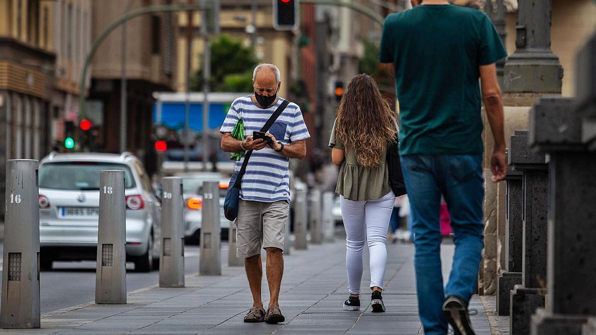 Un ciudadano con mascarilla por el centro de Santa Cruz de Tenerife.