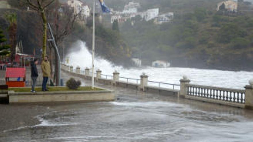 El fort vent deixa una ratxa de 140 km/hora a Portbou i onades de 8 metres a la costa