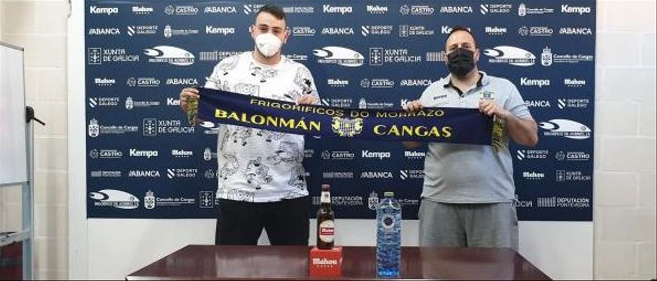 Martín Gayo junto al técnico Nacho Moyano tras haber oficializado su renovación. |  // FDV
