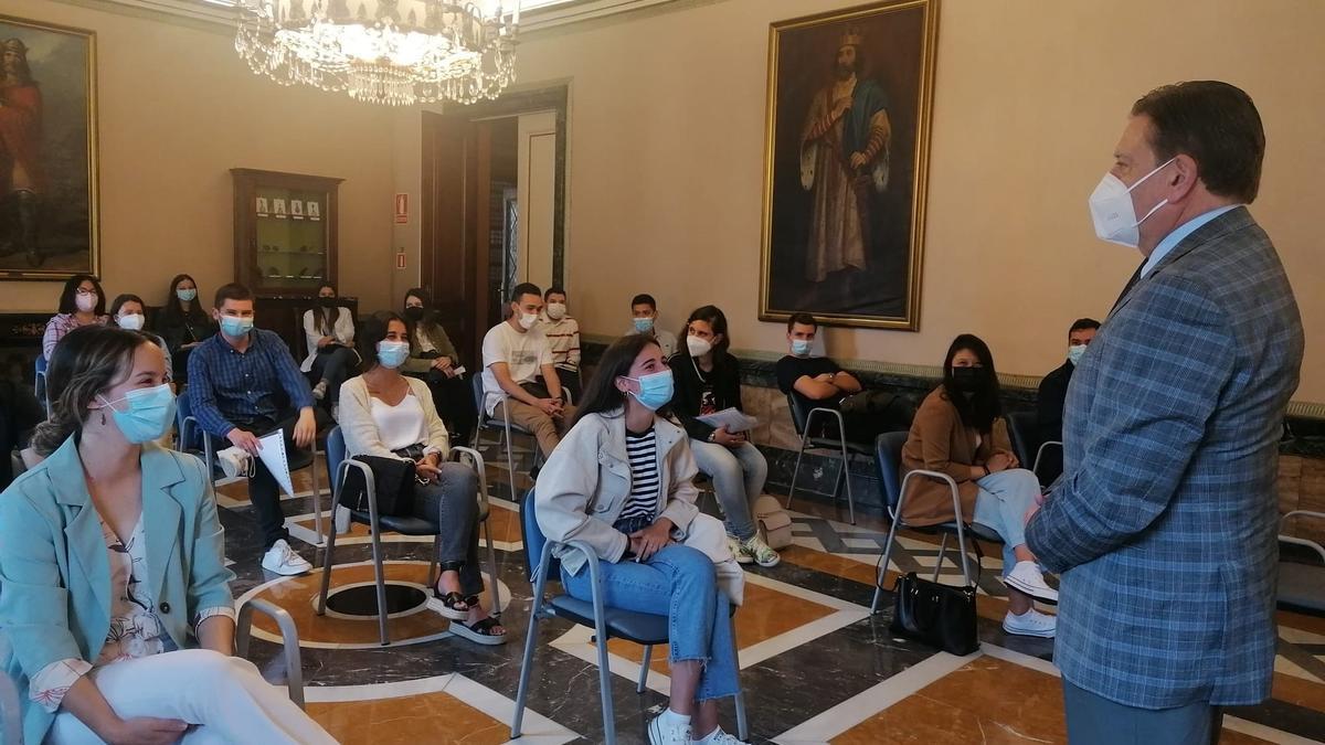 Alfredo Canteli da la bienvenida a los jóvenes del plan de empleo que se incorporan en prácticas al Ayuntamiento.