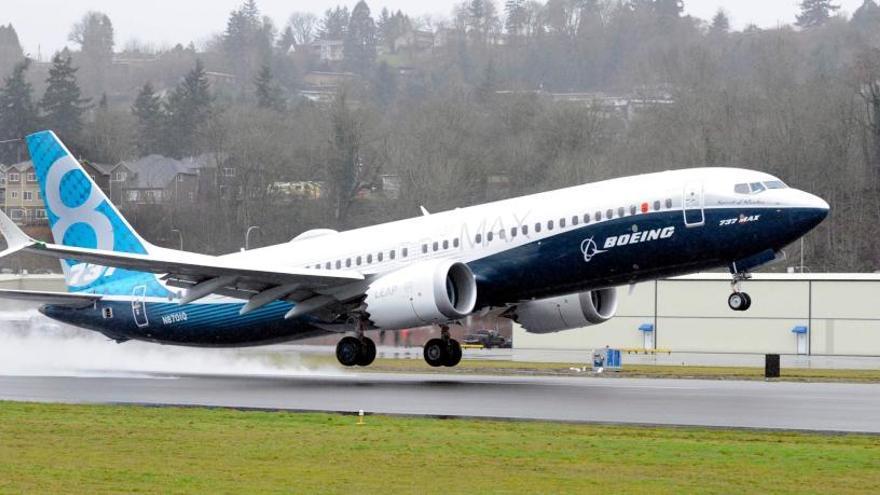 Un Boeing 737 MAX en pleno despegue.