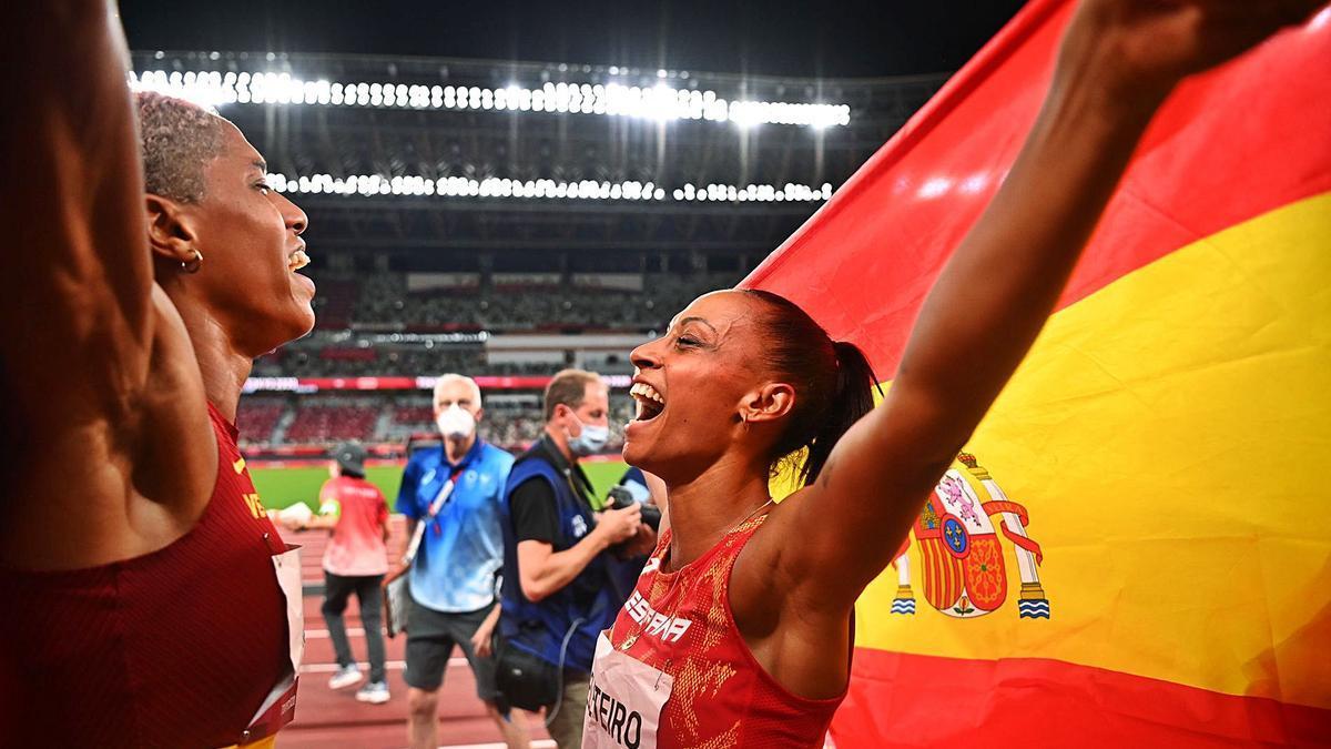 Yulimar Rojas yAna Peleteiro, felices tras la prueba. // DYLAN MARTÍNEZ