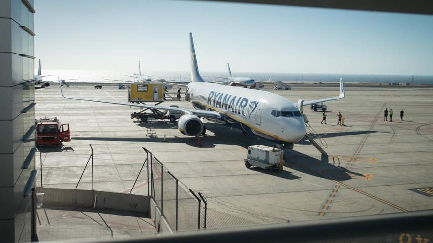 Enaire gestiona en los aeropuertos de Canarias un 27,3% menos de vuelos que en 2019