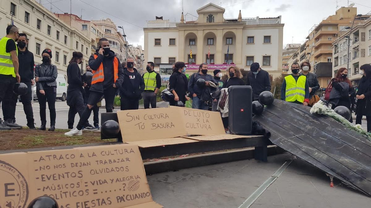 Concentration of Red Alert in the Plaza de la Montañeta