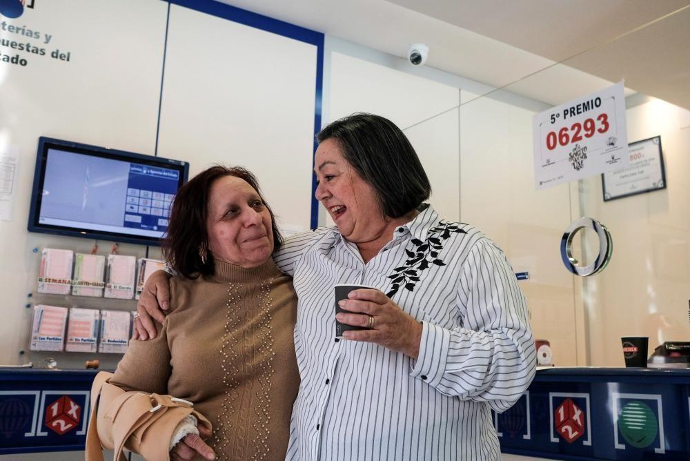 La administración de lotería en la calle Pere Francés en Ibiza celebra la venta de 190 décimos del 6.293, premiado con un quinto premio.