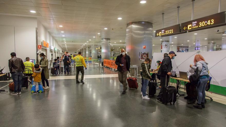 La nueva cepa del virus acentúa las cancelaciones de reservas en Canarias