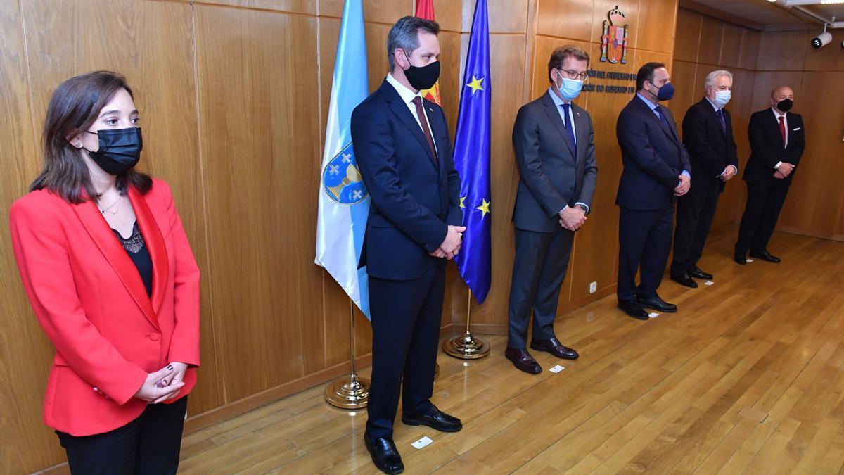 Miñones, en su toma de posesión, entre la alcaldesa de A Coruña y el presidente de la Xunta.