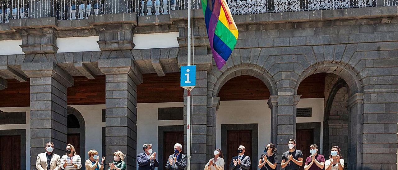Izado de la bandera LGTB, ayer, delante de las Casas Consistoriales, con el alcalde, ediles y miembros de Gamá.  | | LP/DLP