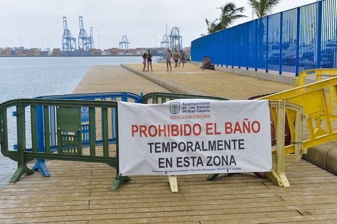 25-08-2020 LAS PALMAS DE GRAN CANARIA. Cierre del solarium de la playa de Alcaravaneras por las nuevas medidas Covid. Fotógrafo: ANDRES CRUZ  | 25/08/2020 | Fotógrafo: Andrés Cruz