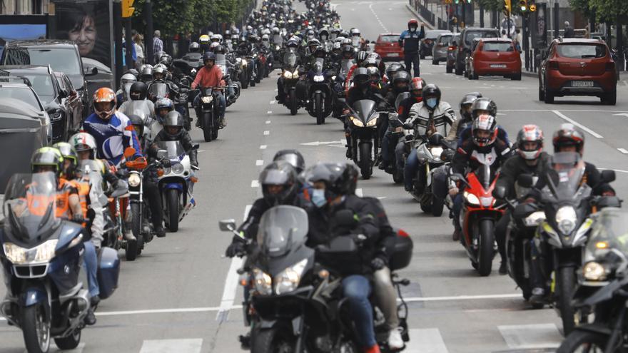 """Más de 600 motoristas reclaman en Gijón carreteras más seguras: """"Nos vemos discriminados por los coches, somos como hormigas"""""""
