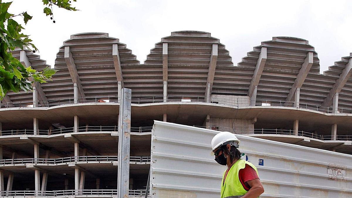 Unos trabajadores intervienen en la valla del nuevo estadio, ayer.   BIEL ALIÑO/EFE