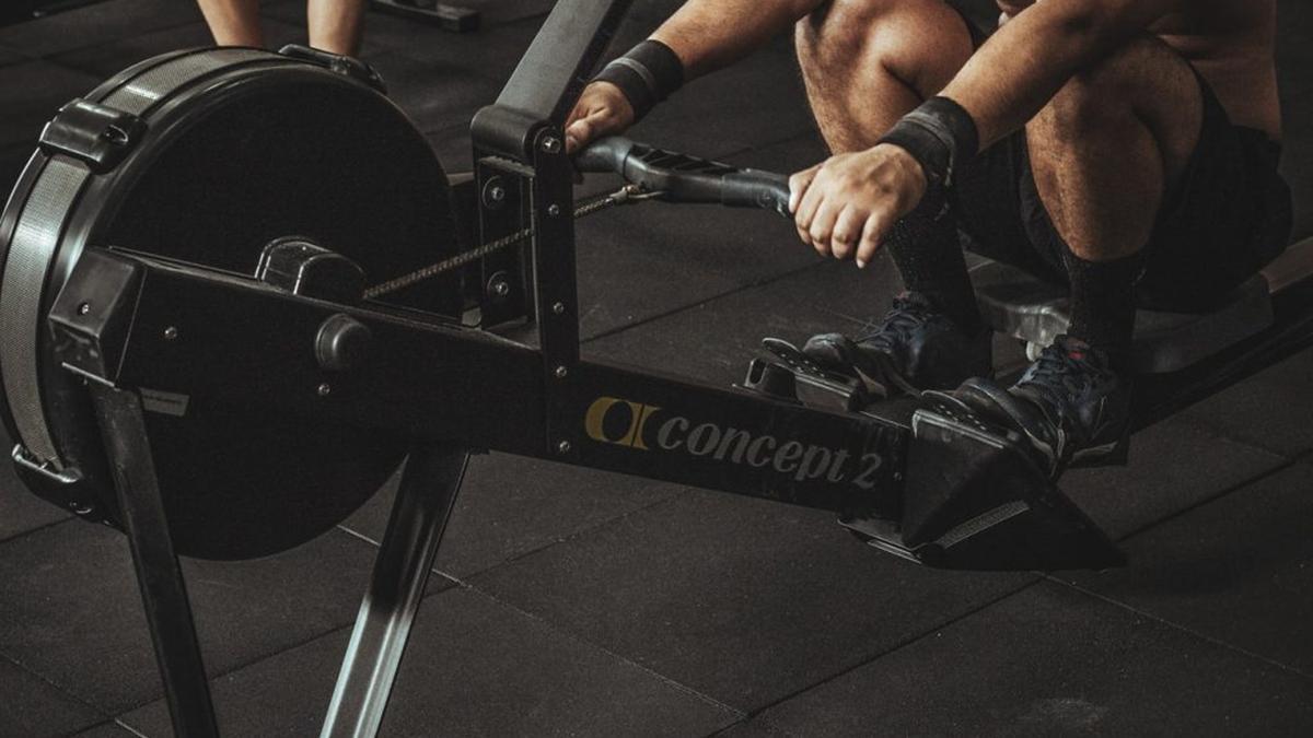 Las máquinas de remo ofrecen versatilidad para trabajar distintas partes del cuerpo.