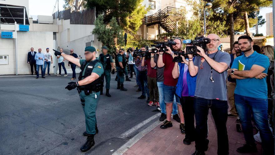 Zaplana llega a Benidorm escoltado por la Guardia Civil para el registro de su chalé
