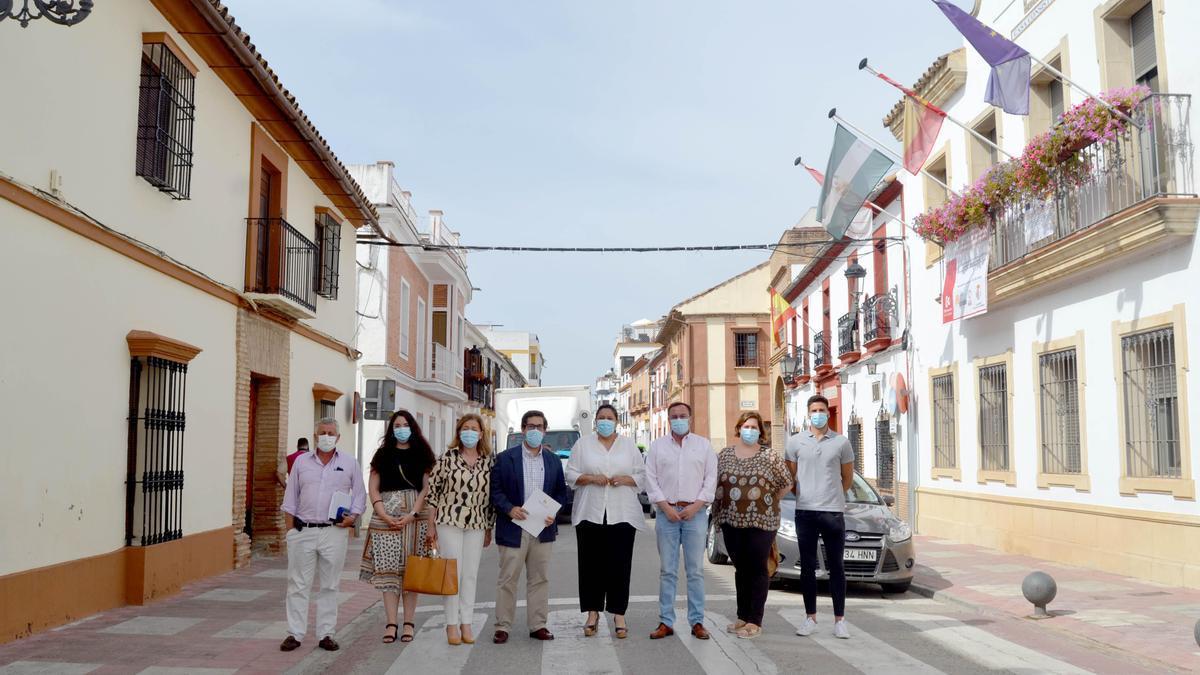 El alcalde de Villafranca y Dolores Amo, en el centro, con responsables municipales, en Villafranca.