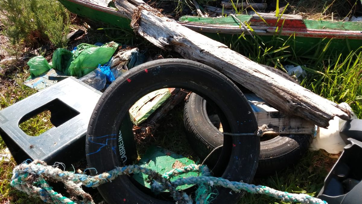 Entre los restos recuperados esta mañana también hay neumáticos.