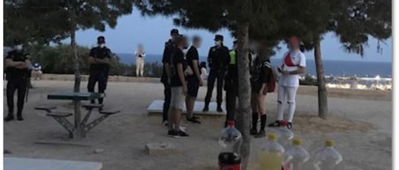 Agentes con un grupo de jóvenes de botellón
