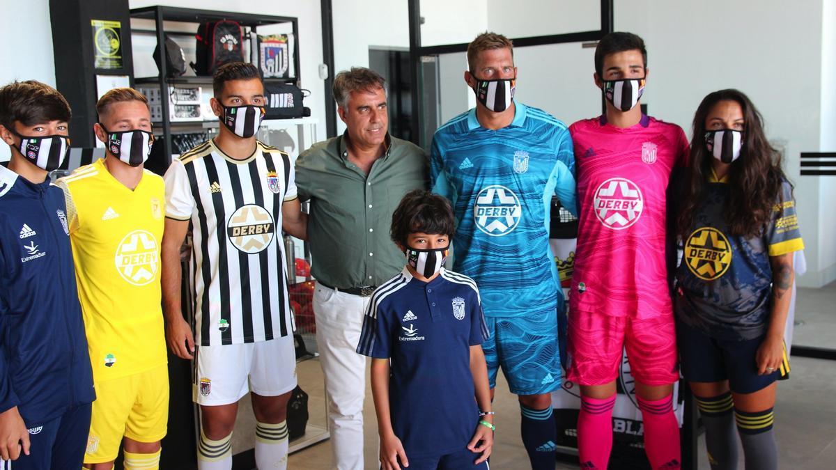 Presentación de las nuevas equipaciones del Badajoz con la presencia del presidente del club, Joaquín Parra.