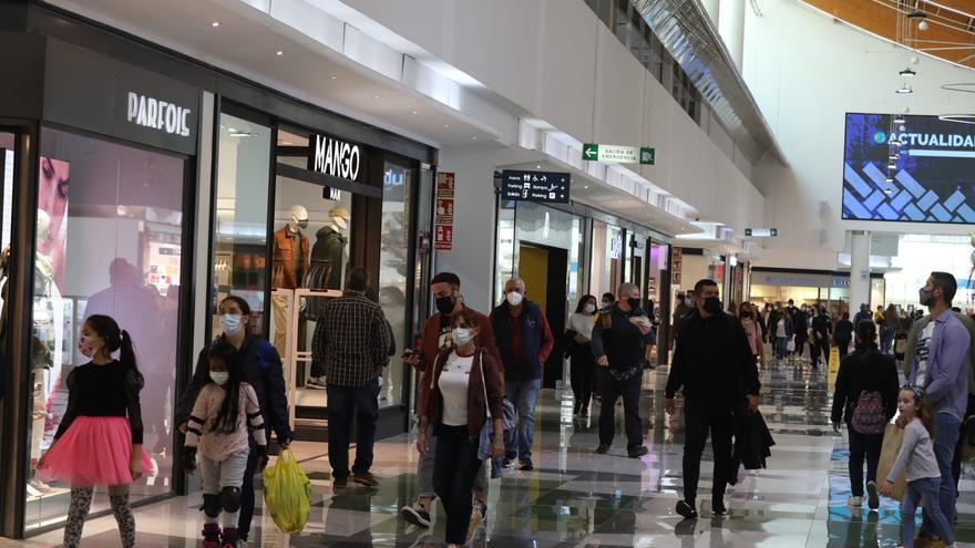 Día de compras en el segundo lunes de Mona en Elche