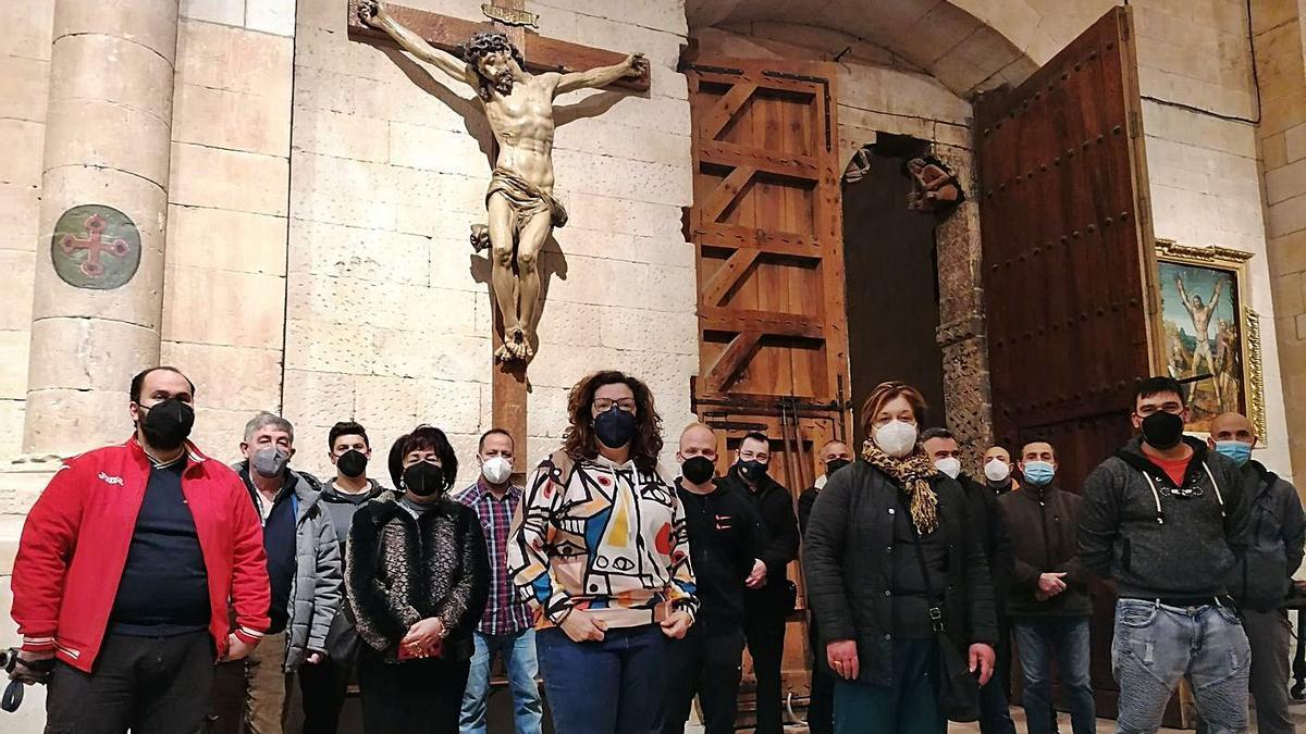 Participantes en el traslado posan junto a la imagen del Cristo del Amparo en la Colegiata.   M. J. C.