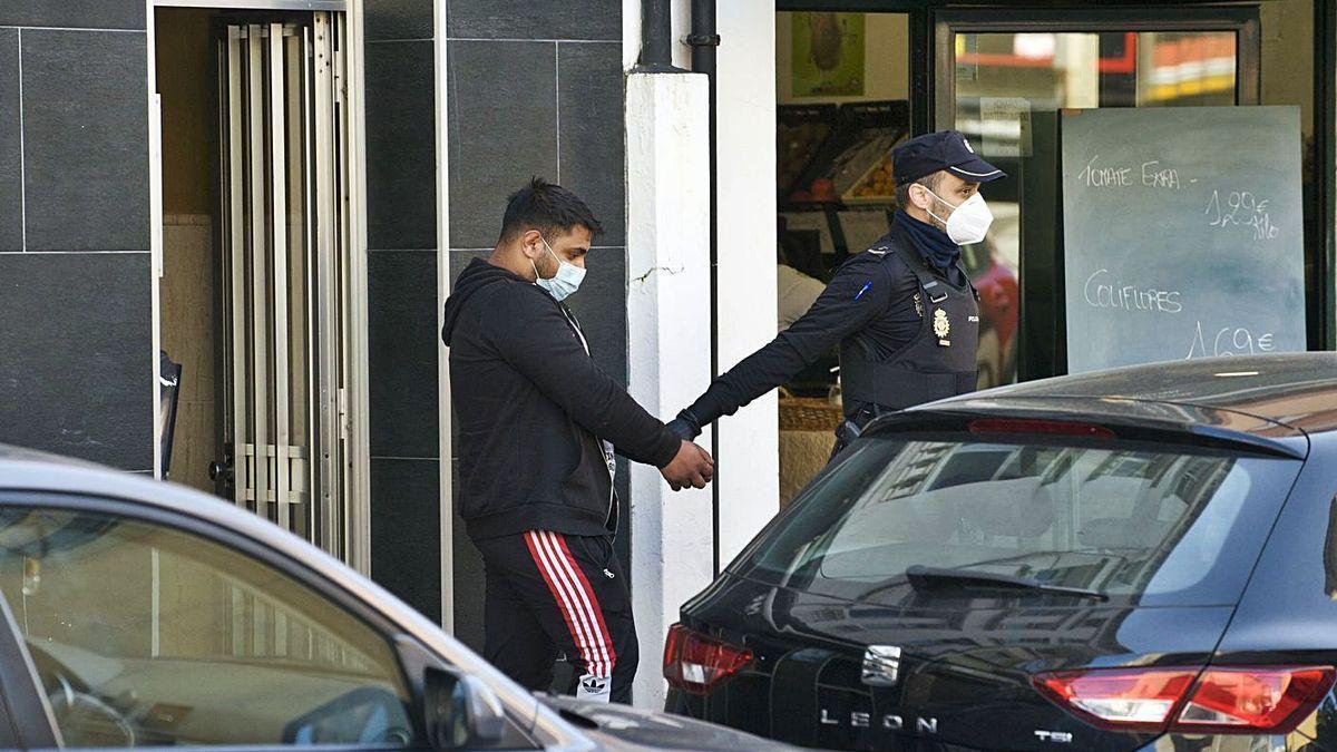 Uno de los detenidos en la operación policial del miércoles en la calle de la Torre.