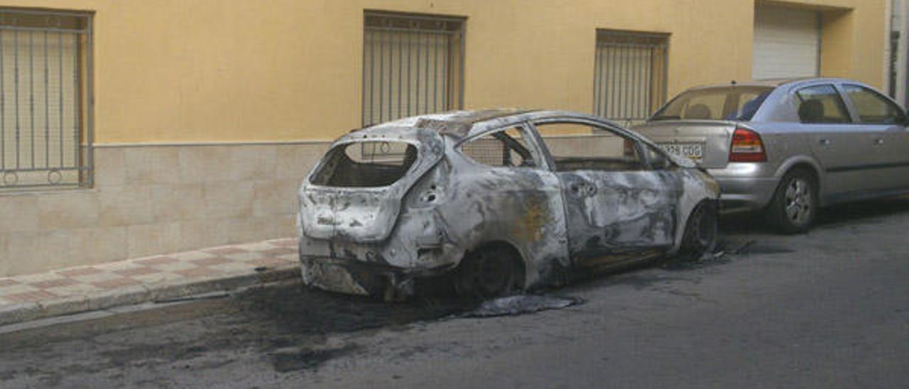 Arden de madrugada dos coches que se encontraban estacionados en Tavernes