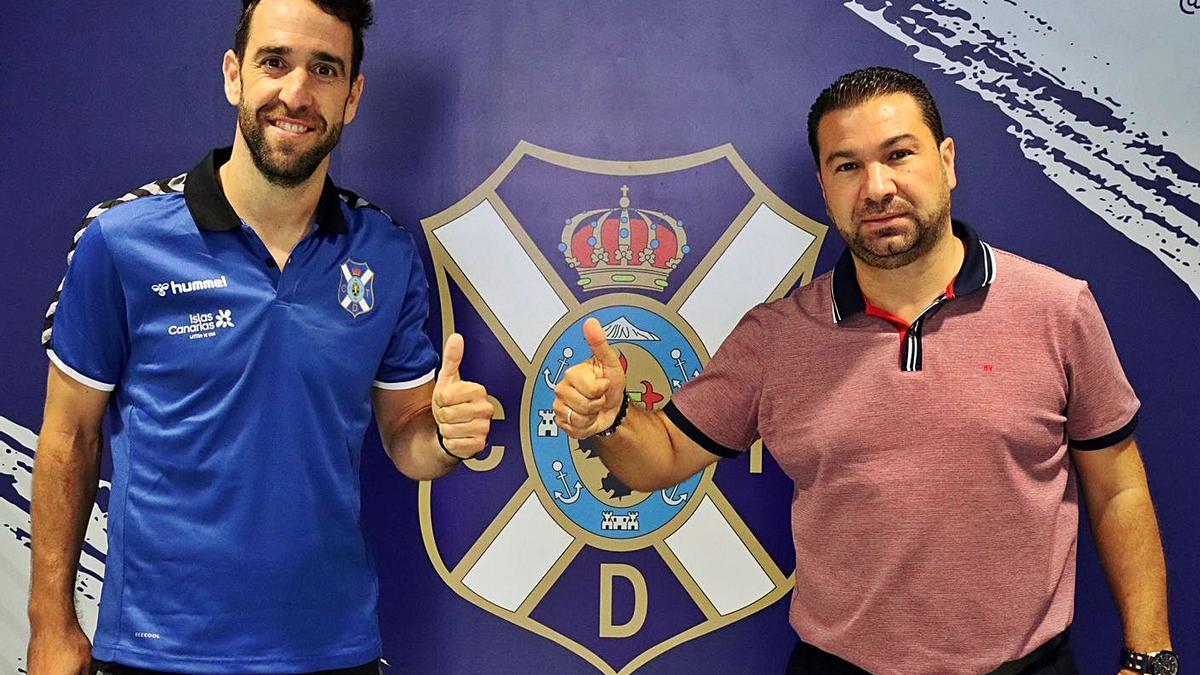 Carlos Ruiz y Juan Carlos Cordero, después de firmar la renovación del central.     CDT