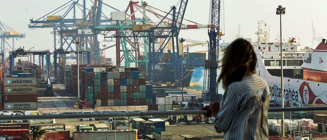 Imagen del Puerto de València desde la dársena interior, con las terminales de contenedores de APM-Maersk al fondo.   EDUARDO RIPOLL