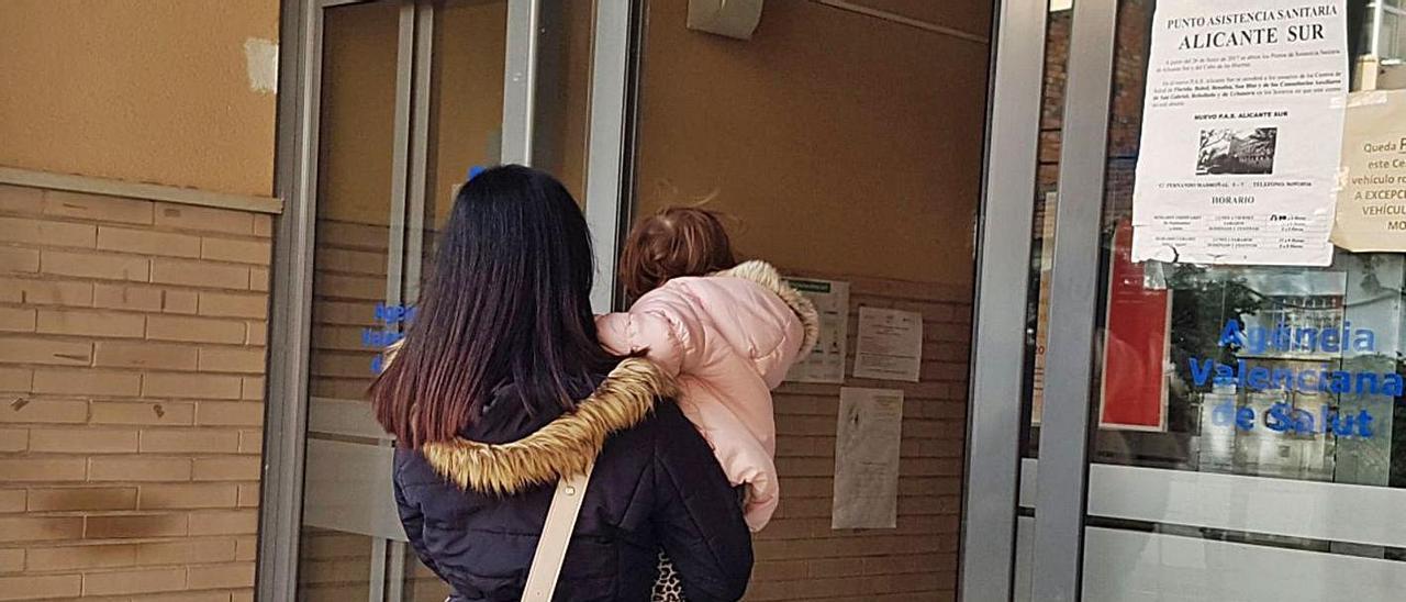 Una mujer accede con un niño a un centro de salud de la provincia.   RAFA ARJONES