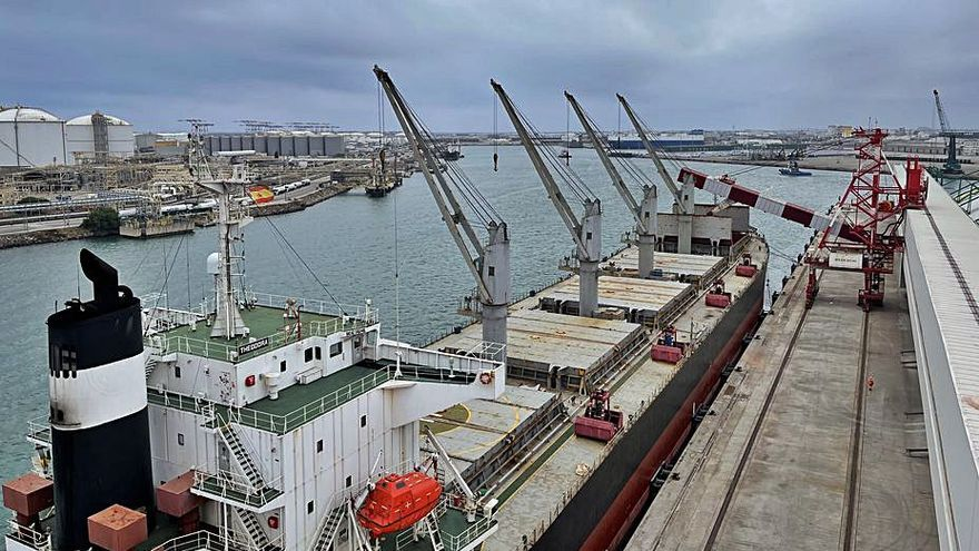 ICL carrega per primer cop un megavaixell a la seva terminal al port de Barcelona