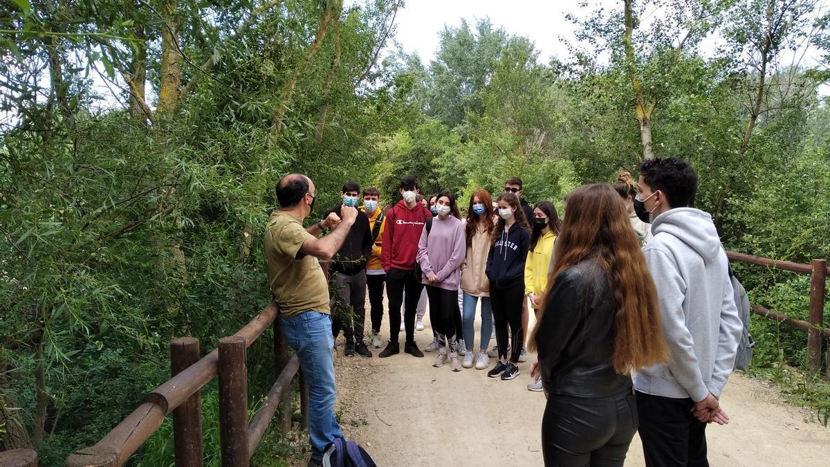 Durante la excursión, un guía explicó a los jóvenes detalles sobre la flora y la fauna de los galachos de Juslibol.