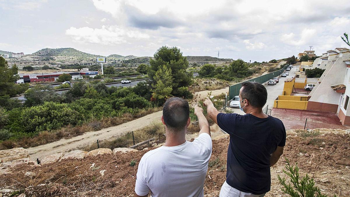 Vecinos de Terra Marina, en una foto del pasado agosto cuando denunciaron el ruido con la AP-7 al fondo.   LARS TER MEULEN