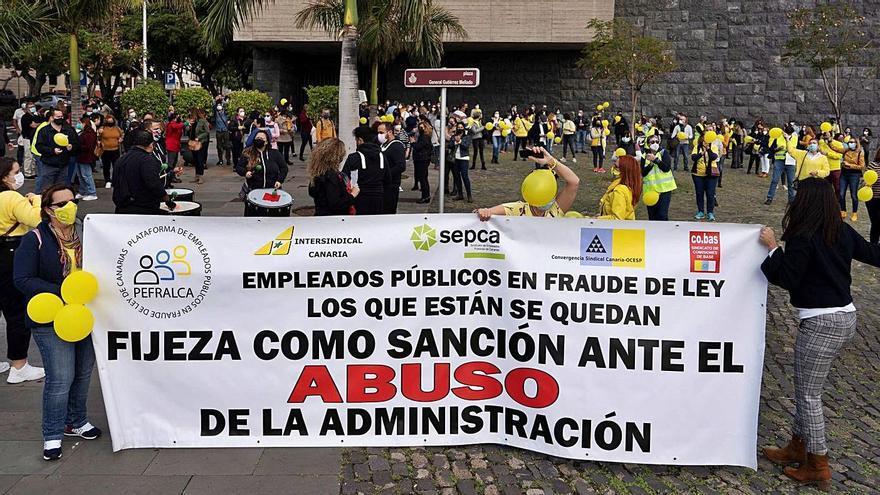 Los trabajadores temporales exigen negociar con el  consejero Julio Pérez
