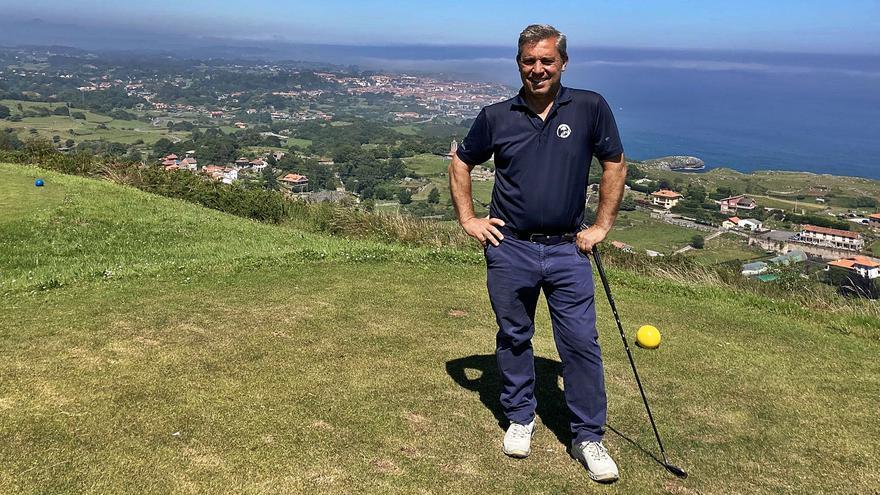 """El entrenador del mejor golfista del mundo veranea en Llanes: """"Jon Rahm tenía 14 años cuando me dijo que sería el mejor"""""""