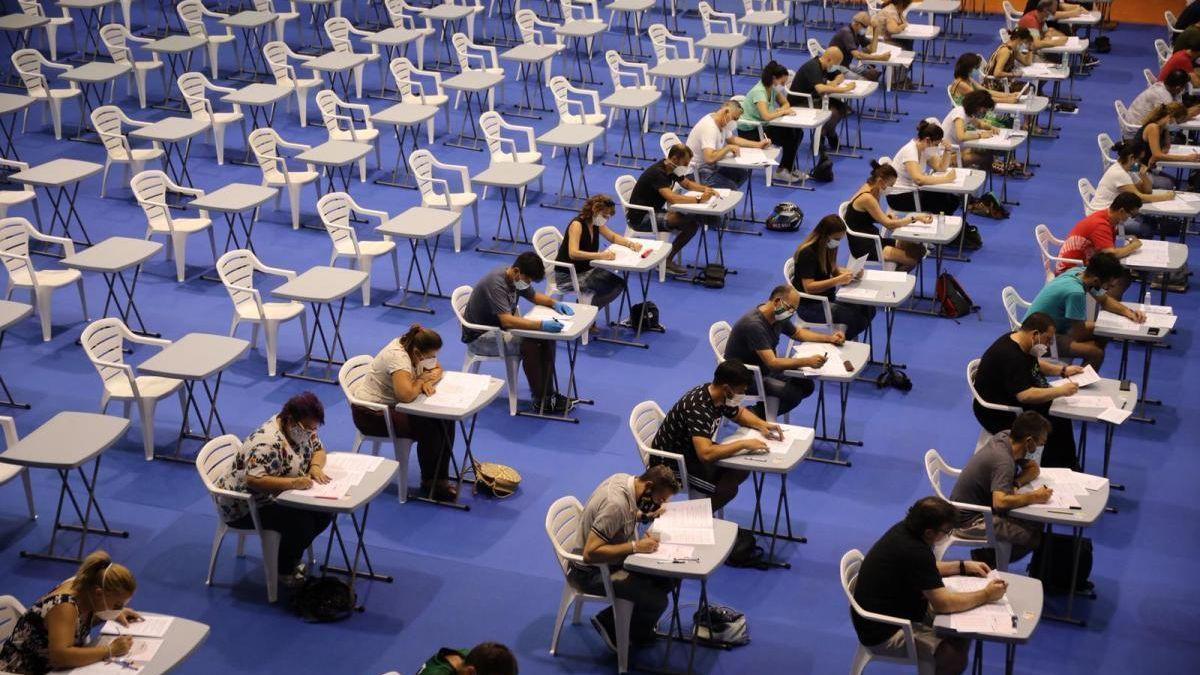Opositores hacen el examen de la anterior convocatoria de Sadeco en 2020.