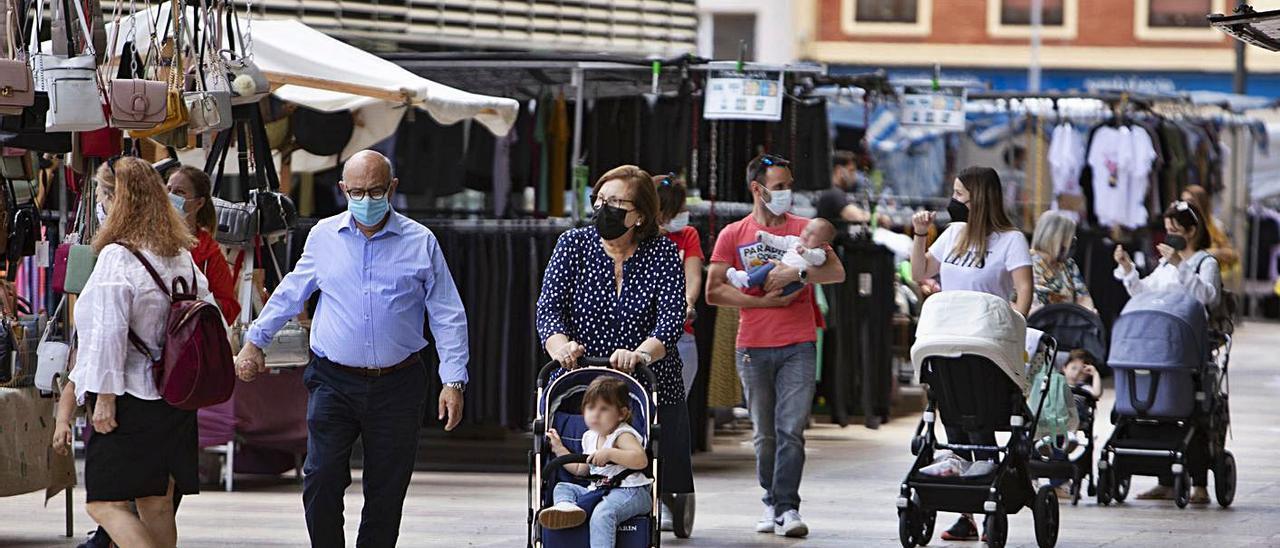 Viandantes pasean por entre las casetas del mercado ambulante de Xàtiva, ayer | PERALES IBORRA
