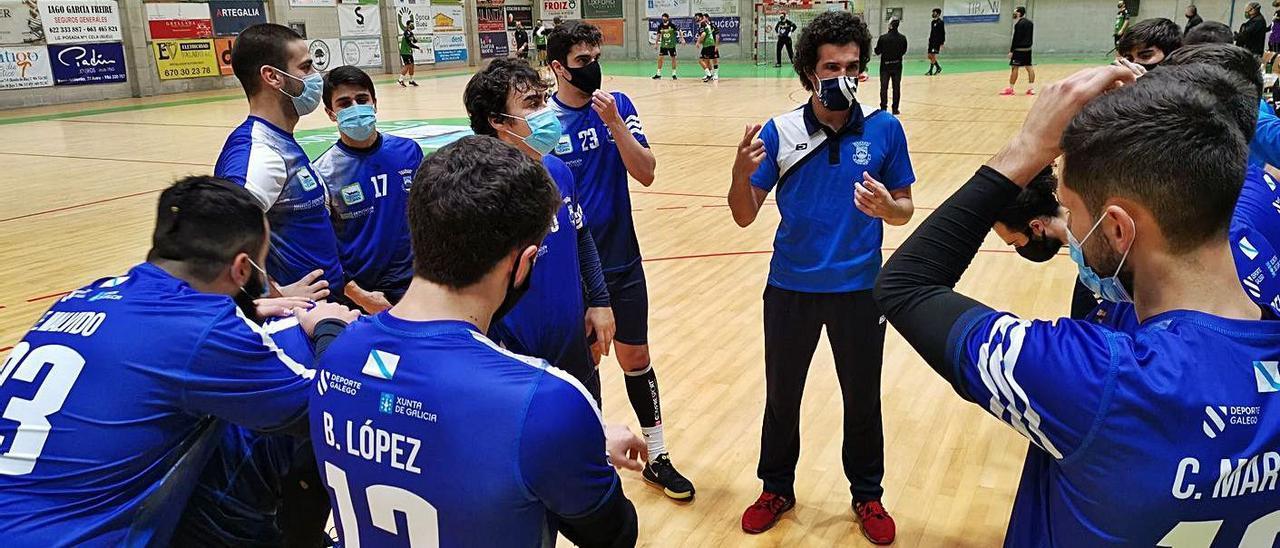Moncho da instrucciones a sus hombres en un partido de esta temporada. |  // SANTOS ÁLVAREZ
