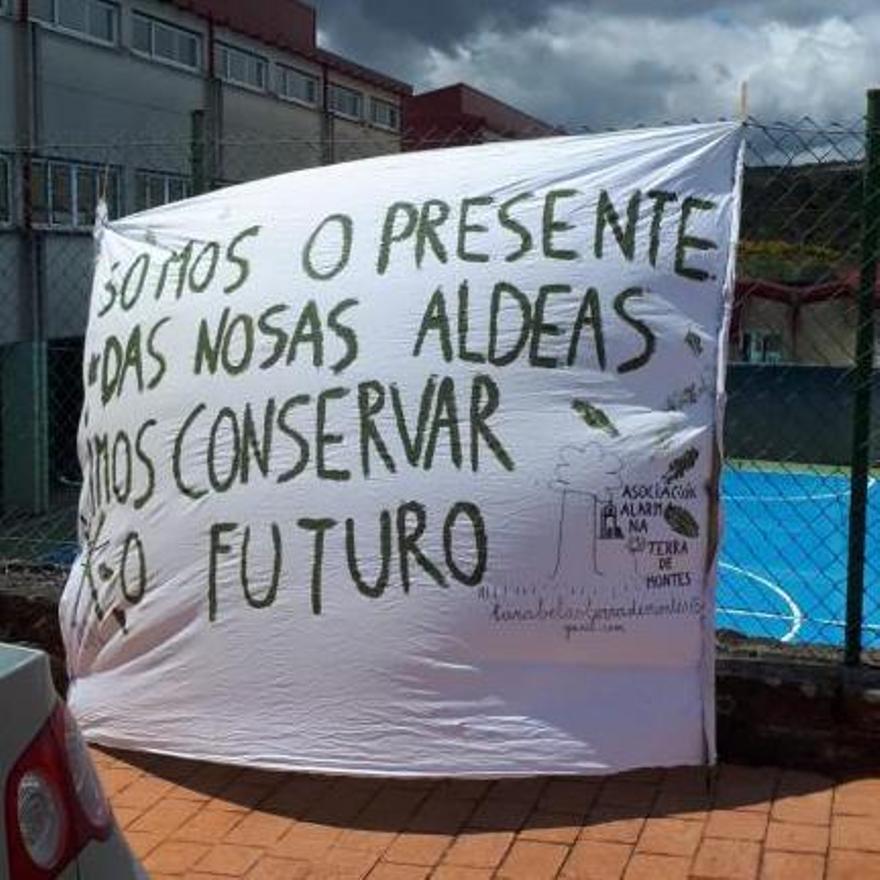 Pancarta, ya en el exterior del pabellón de Forcarei.