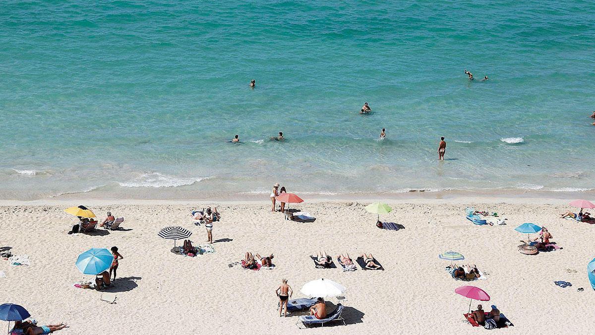 Immer schön Abstand halten, dann ist der Aufenthalt am Strand sicher: An der Playa de Palma ist an diesen Tagen Platz für alle Urlauber