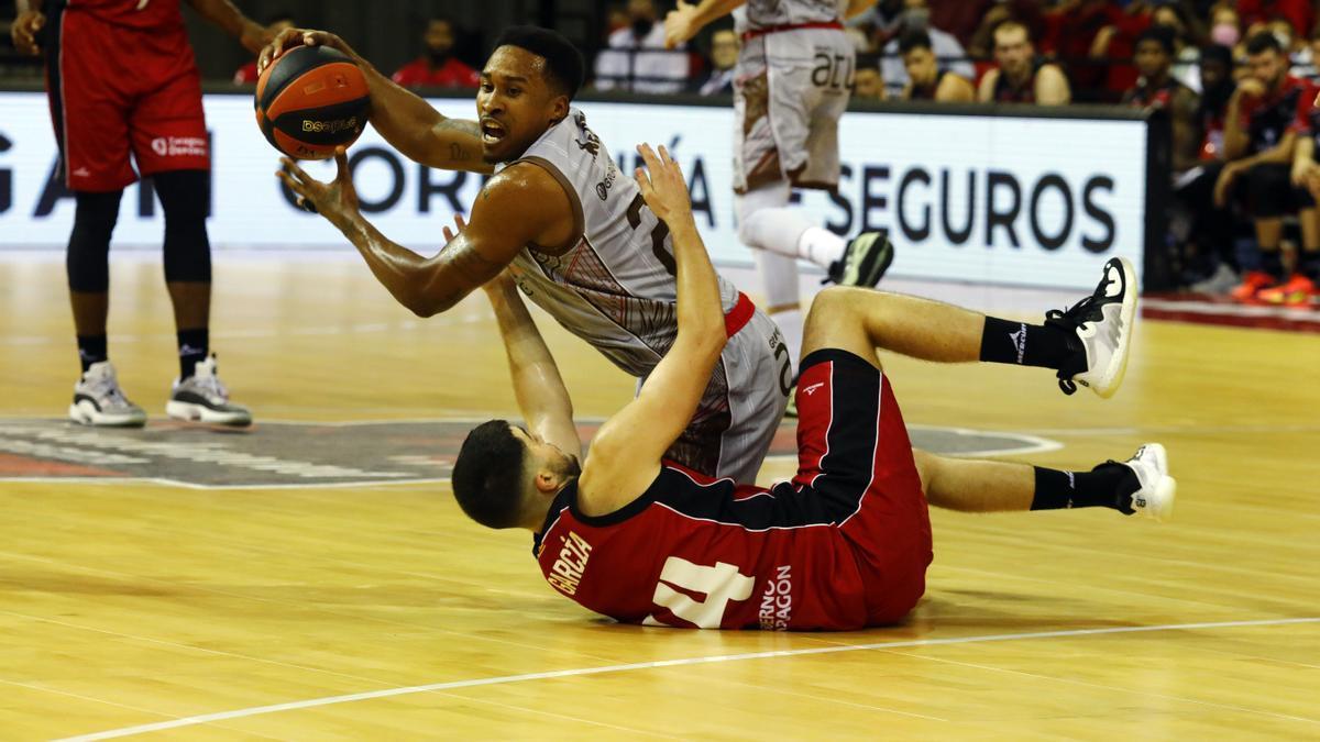 Javi García pelea con McGee por el balón durante el partido contra el Burgos.