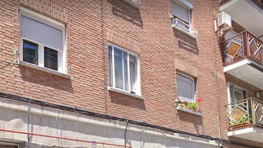 Cae al patio interior de un edificio en Madrid después de que le amputen tres dedos con una katana