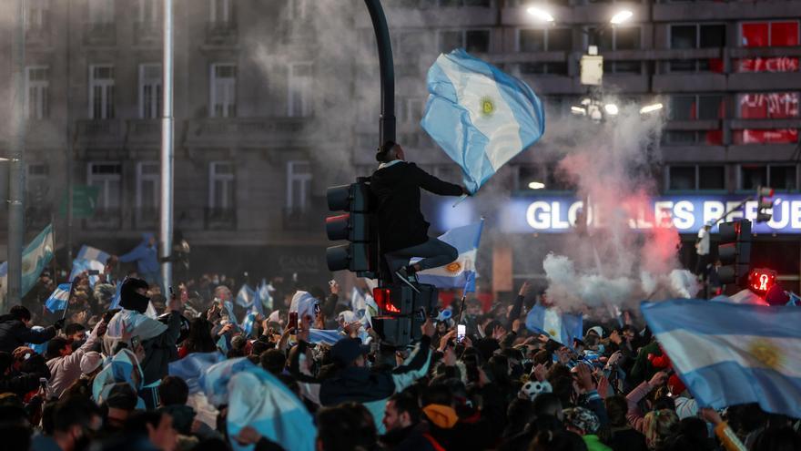 Miles de aficionados celebran en Buenos Aires la victoria de Argentina en la Copa América