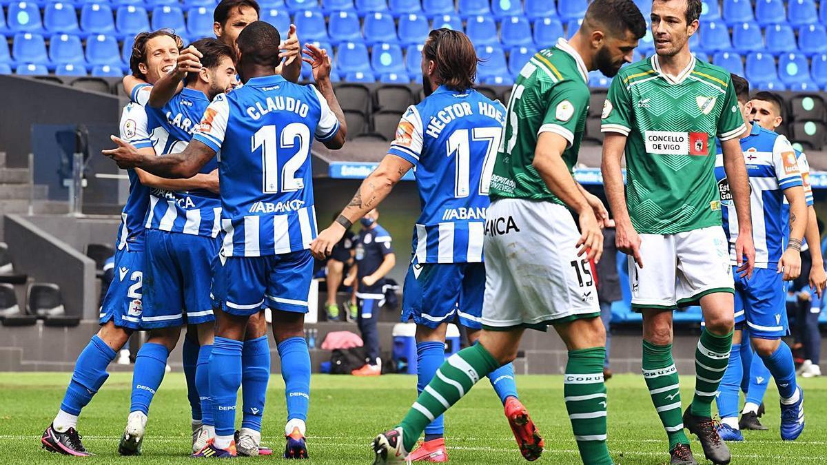 Los futbolistas del Deportivo celebran el gol de Lara ante el Coruxo. |   // CARLOS PARDELLAS