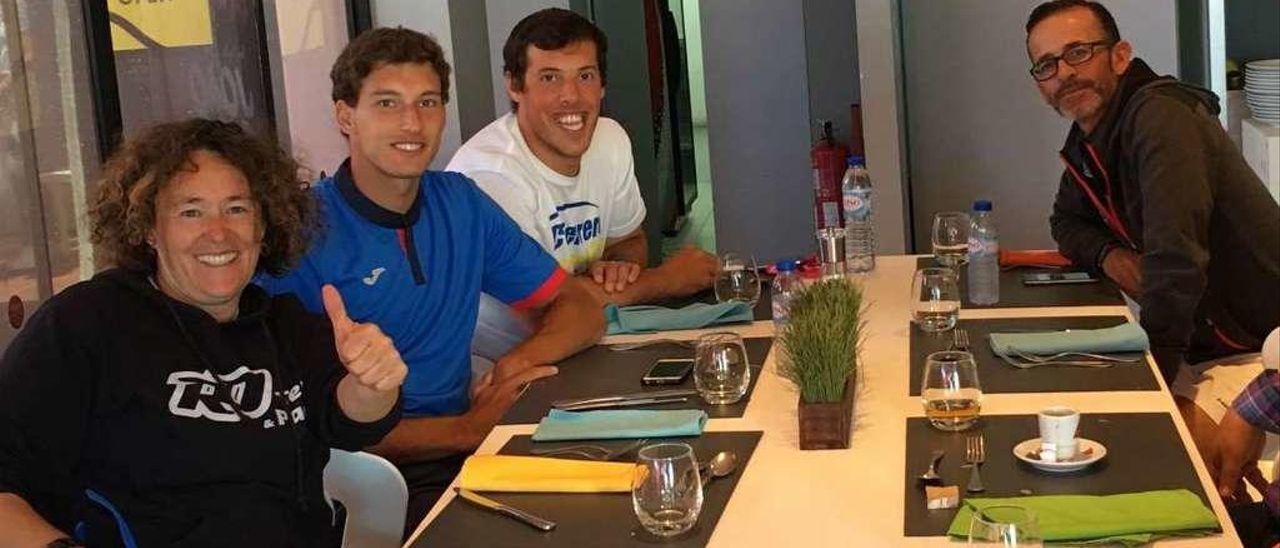 Rosa Domínguez, Pablo Carreño, Miguel Fragoso y Samuel López, entrenadores del gijonés, antes de la final de Estoril en la que el tenista gijonés resultó ganador. ÁNGEL GONZÁLEZ