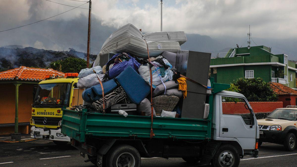 Camiones con las pertenencias de los vecinos del núcleo urbano de Todoque durante el desalojo de sus viviendas ante la aproximación de la lava del volcán.