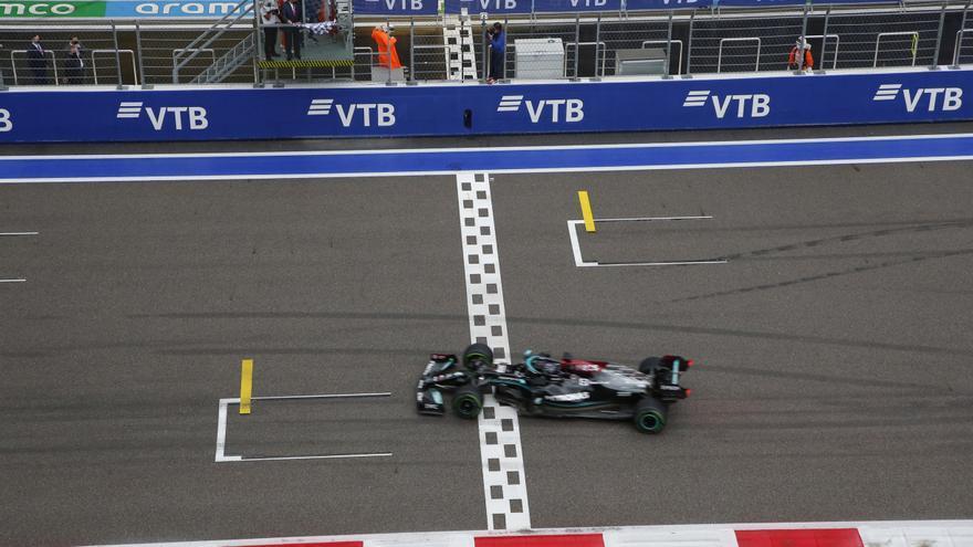 Hamilton gana el Gran Premio de Rusia y Carlos Sainz sube al podio