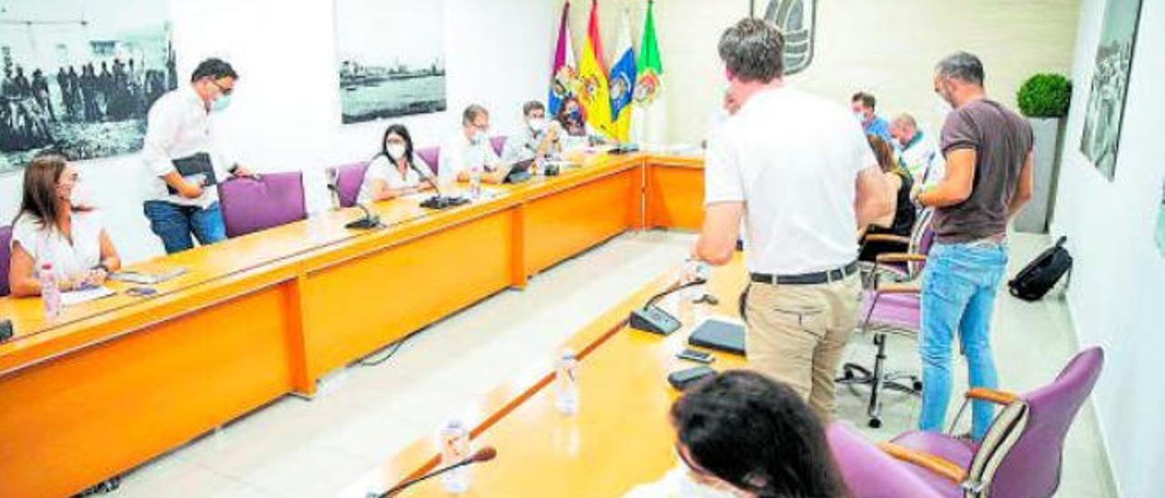 Imagen del instante en que los concejales de CC y del PP abandonan el pleno de Puerto del Rosario, ayer.