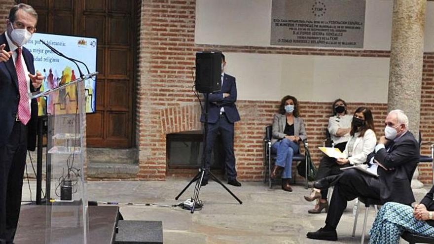 """Caballero defiende la """"esencia tolerante"""" de los municipios"""