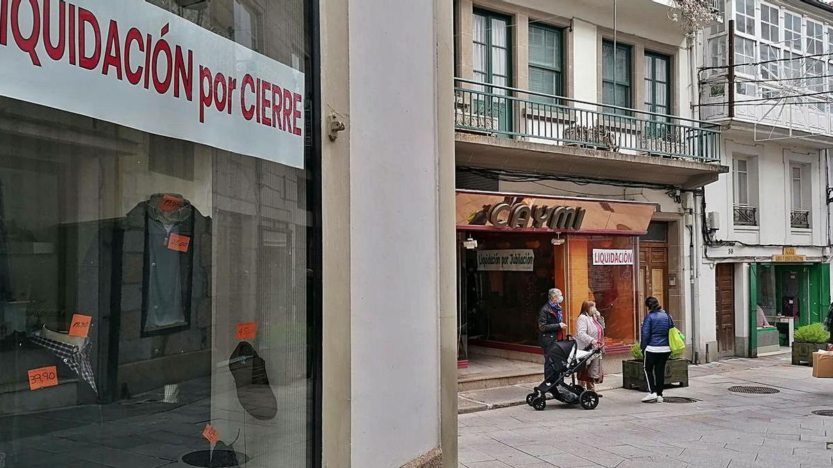 Locales comerciales del casco histórico de Betanzos con carteles que anuncian su cierre.    // LA OPINIÓN