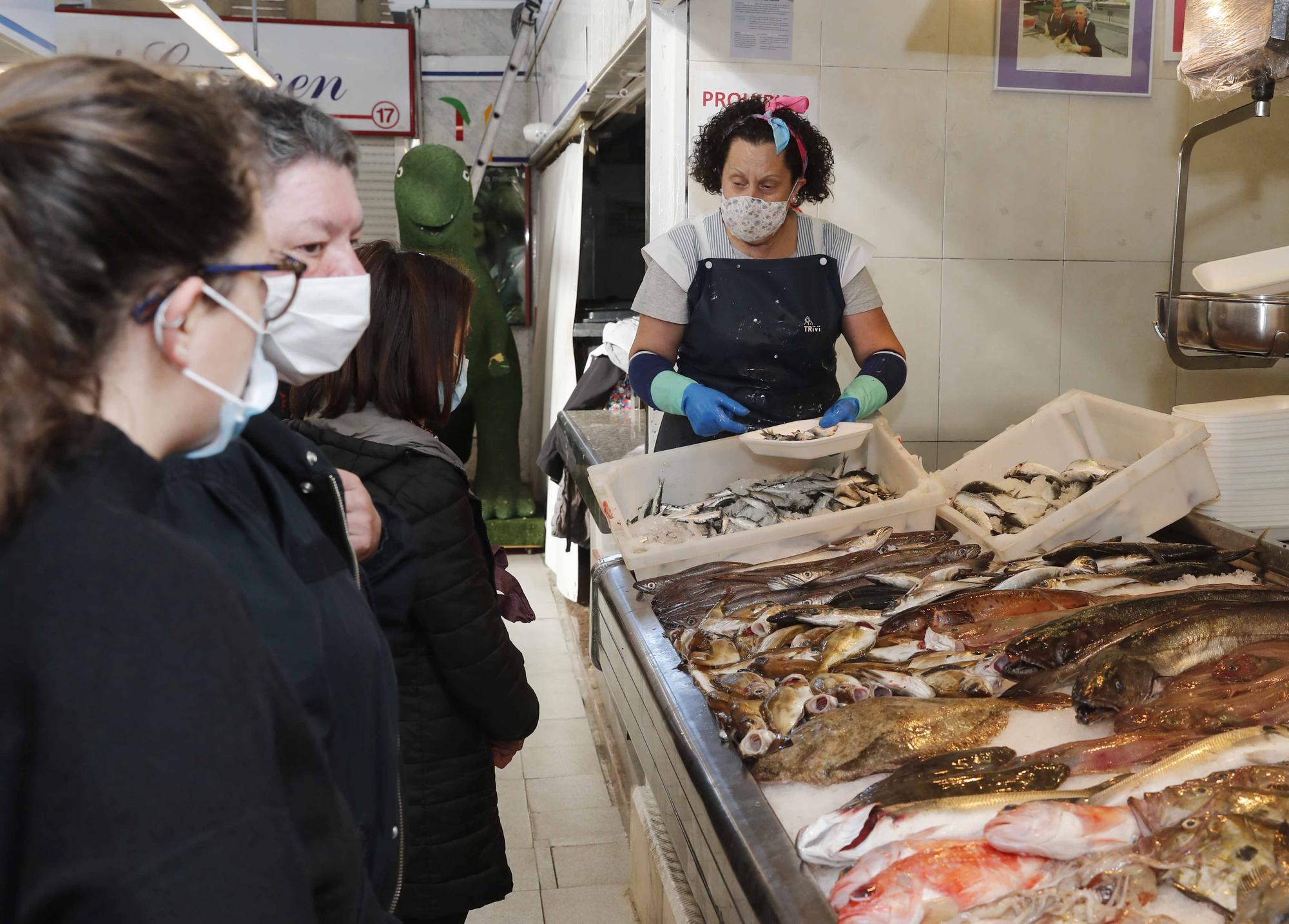 Noche de San Juan, día de sardinas en el mercado de Teis