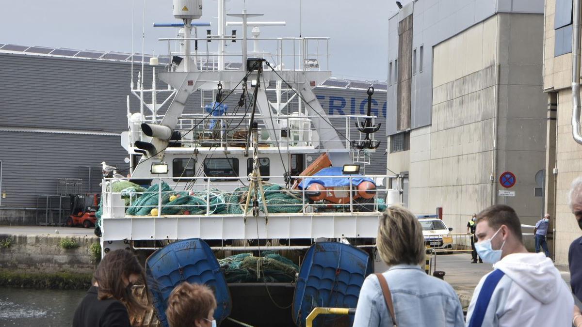 Familiares en el muelle delante del barco y a la espera de la evacuación de la tripulación.